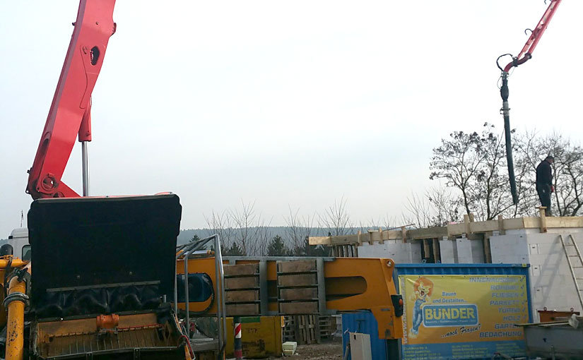 Eine große Autobetonpumpe befördert den Beton.